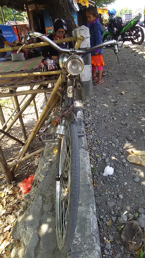 Sepeda Ontel pinggir jalan