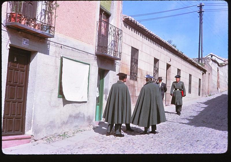 Guardias civiles en la Calle Descalzos de Toledo en abril de 1963. Película Kodachrome. Donación de la familia Burgos.