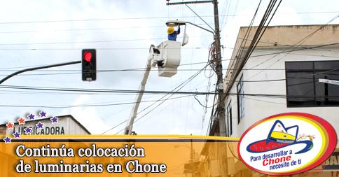 Continúa colocación de luminarias en Chone