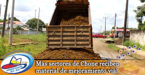 Más sectores de Chone reciben material de mejoramiento vial
