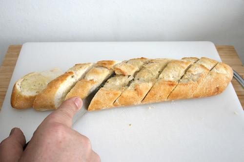51 - Knoblauchbaguette zerteilen / Divide garlic baguette