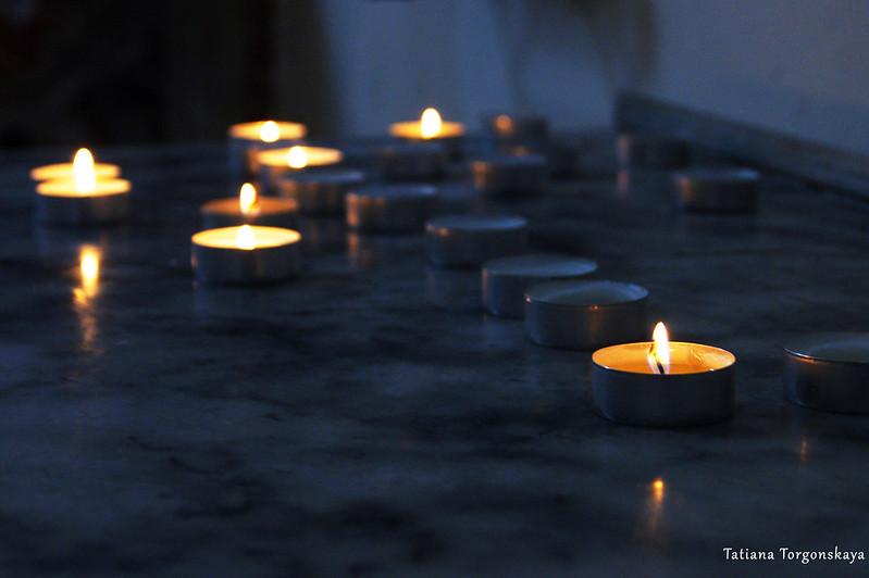 Горящие свечки в церкви Св. Клары