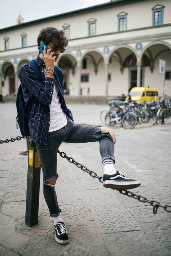 ネイビーチェックシャツ×白無地Tシャツ×ダメージブラックジーンズ×VANS OLD SKOOL黒
