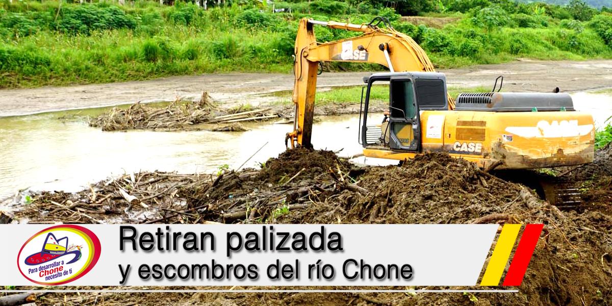 Retiran palizada y escombros del río Chone