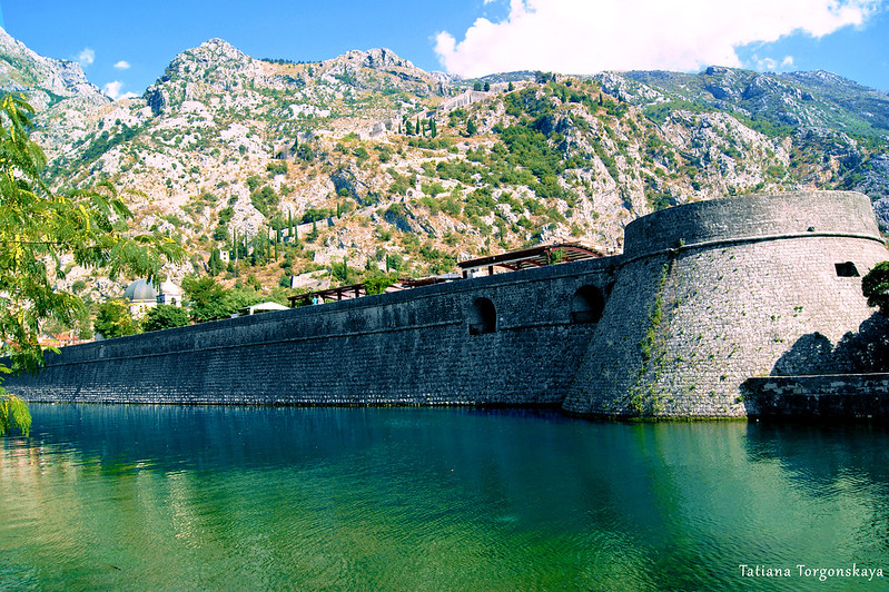 Фрагмент городских стен Котора с бастионом Цитадель