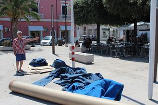 L'immondizia lasciata in piazza Moro