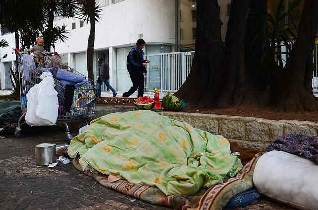 Es visible el aumento del número de personas viviendo en la calle, de mendigos en los semáforos, en las puertas de los mercados y afines - Créditos: Rovena Rosa/Agência Brasil