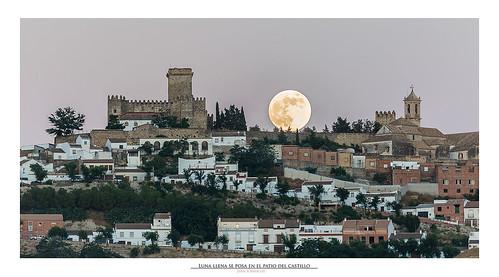 Luna llena se posa en el patio del castillo
