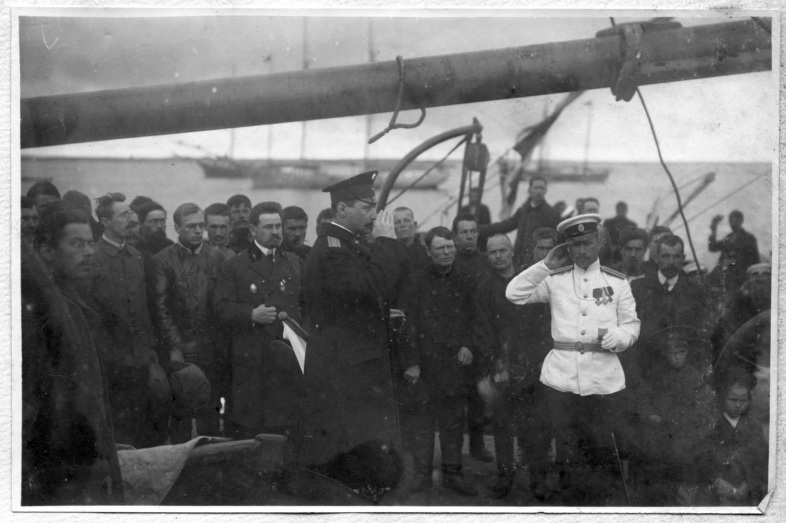 Седов Г. Я. на палубе судна «Святой мученик Фока» с участниками экспедиции