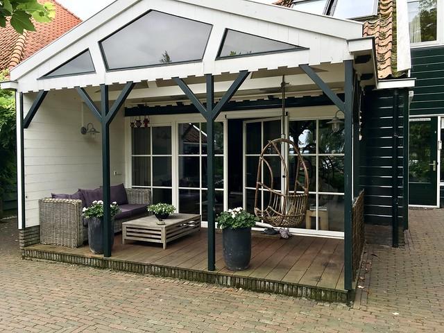 Loungeset in de veranda stolpboerderij