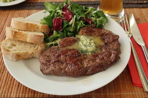 Pferde-Rumpsteak mit Kräuterbutter zu Baguette und Blattsalat