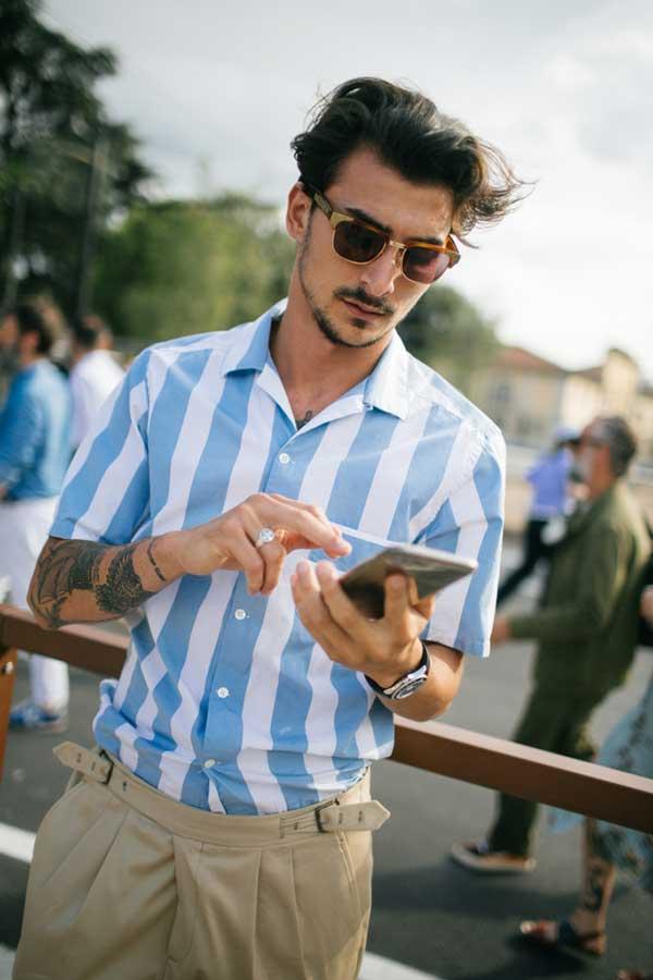 水色白ストライプ開衿半袖シャツ×ベージュテーパードスラックス