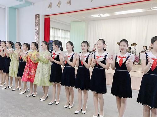 北韓中學音樂班表演,演出曲目為情緒激昂的北韓當地歌曲