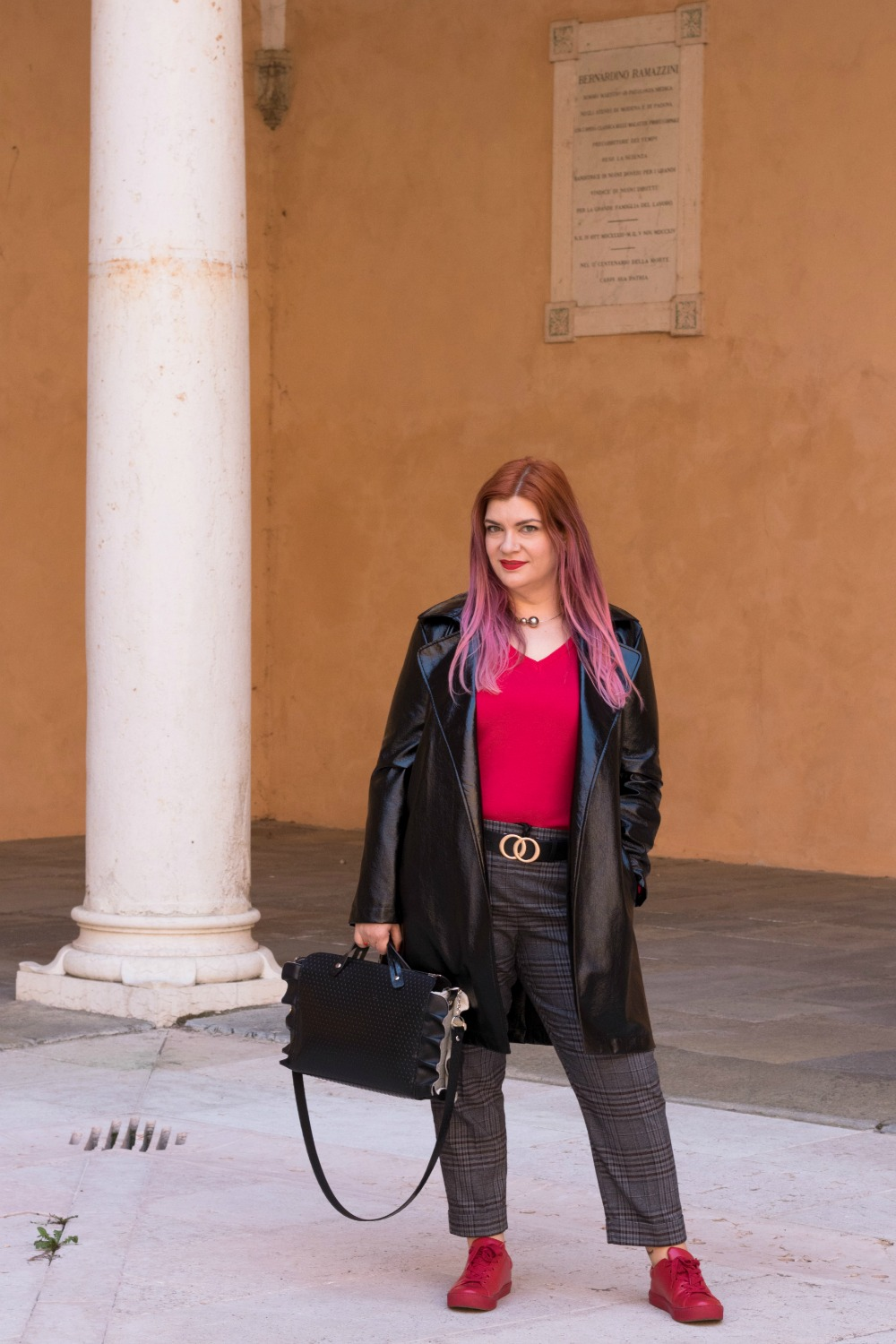 Outfit plus size trench lucido in vinile (3)