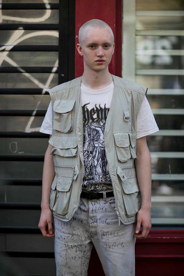 白グラフィックTシャツ×フィッシングベスト×ジーンズ