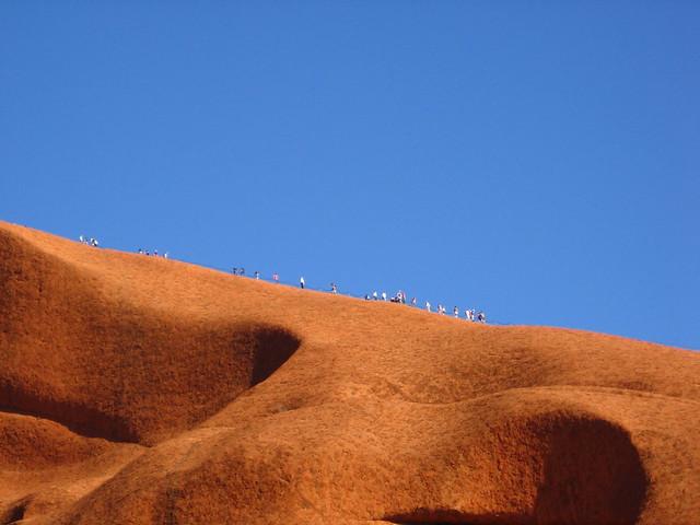 Turistas ascendiendo al Uluru. Parque Nacional Uluru-Kata Tjuta. Australia