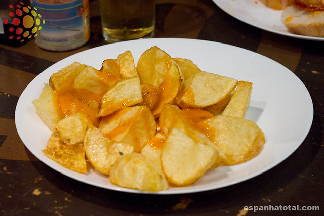 tapas típicas de Madri: patatas bravas