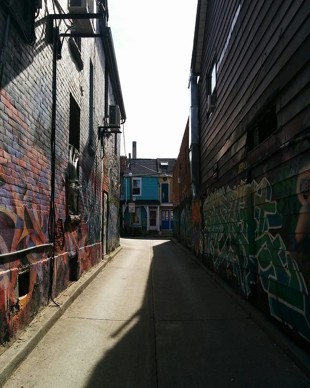 Looking west, laneway to Kensington Place #toronto #kensingtonmarket #kensingtonave #kensingtonplace #alley #laneway