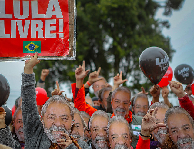 Supporters wear Lula masks at the Free Lula Vigil in Curitiba, where a camp was set up to demand the ex-president's release - Créditos: Ricardo Stuckert