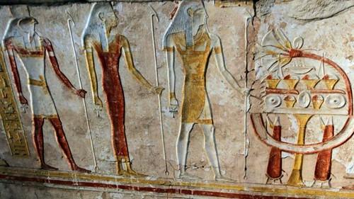 حرص المصري القديم أيضا على إعلاء مكانة المرأة الزوجة والأم