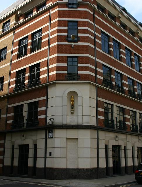 The-Golden-Boy-of-Pye-Corner,-St-Bartholomew's-Hospital,-London----01