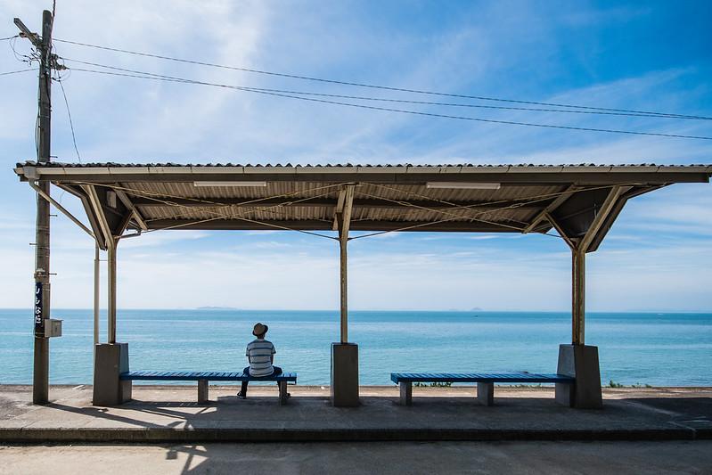 下灘駅に座る男性2