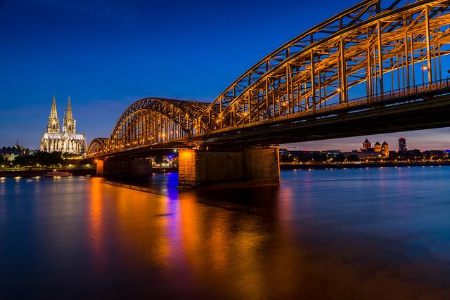 Hohenzollernbrücke Köln blaue Stunde