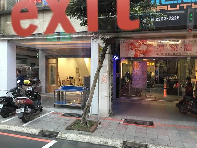 新開的牛肉麵店被鹿鹿認為是飲料店,原因是椅子上有一杯紅茶XDDDDD