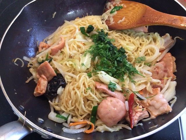 Fried noodles with HOSHIYAMA HORUMON