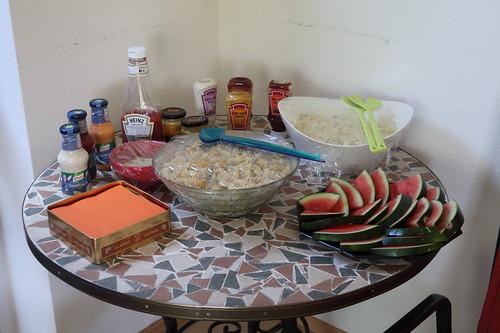 Bufett mit Salaten, Soßen und Melonenstücken