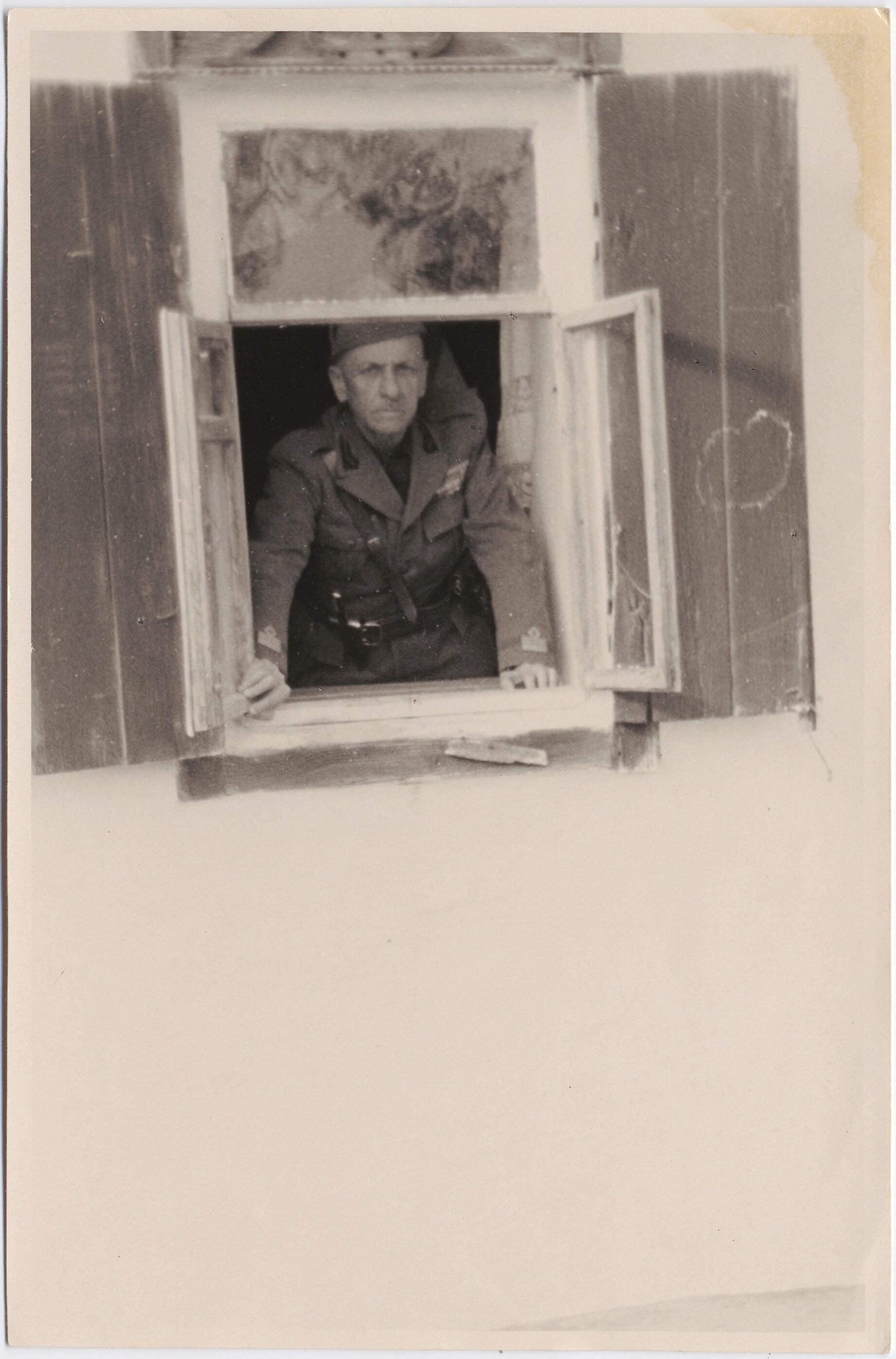1942. Филиппо Томмазо Маринетти смотрит в окно