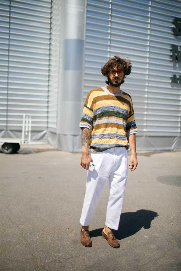 マルチボーダーTシャツ×白パンツ×ブラウンタッセルローファー