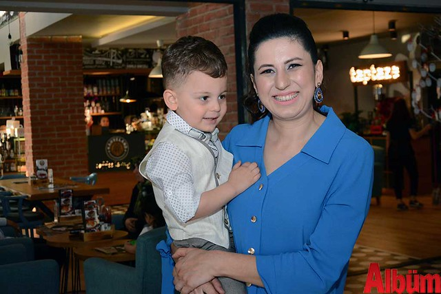 Bahçe Manav Market'in sahibi Hakan Hacıhamdioğlu ve Sibel Hacıhamdioğlu- ikizleri 3 yaşında -3