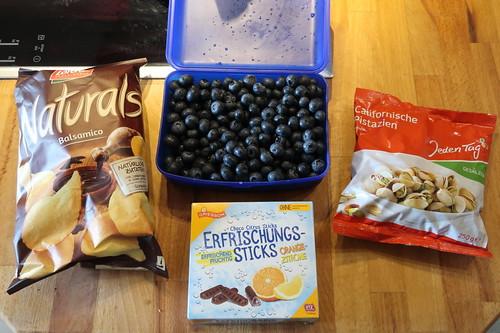 Balsamico Chips, Heidelbeeren, Erfrischungsstäbchen und Pistazien