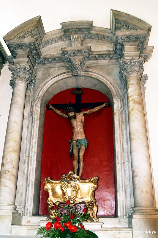 Алтарь с распятием в церкви Св. Клары