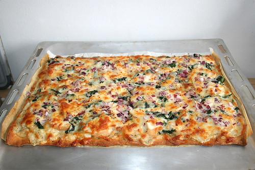 49 - Roasted garlic chicken spinach pizza - Finished baking / Pizza mit geröstetem Knoblauch, Hähnchen & Spinat - Fertig gebacken