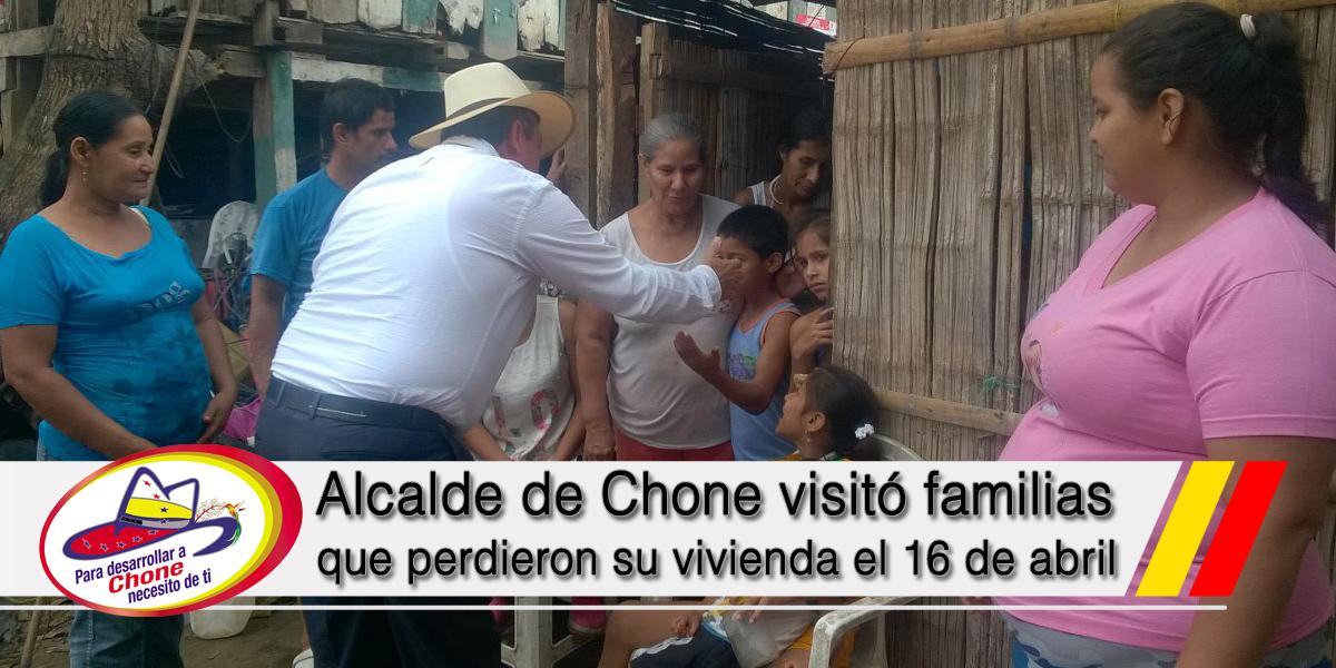 Alcalde de Chone visitó familias que perdieron su vivienda el 16 de abril