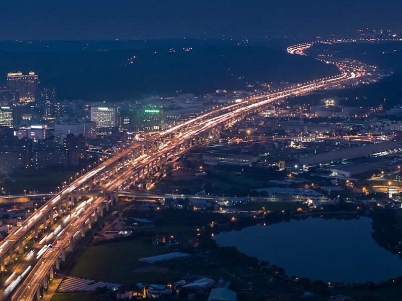 高速道路の車の光跡