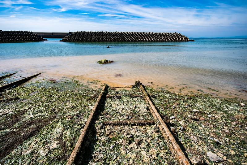 土砂が流れ込んだ「海に沈む線路」