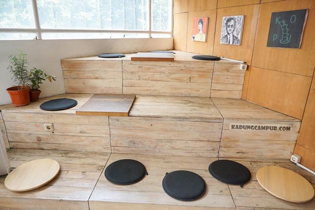 filosofi kopi bintaro tempat duduk tangga - kadungcampur