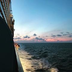 無論天光天黑,郵輪上的天色總是暈染開來,吹著海風舒爽到唔想落船。 【浪遊旅人】https://ift.tt/1zmJ36B #backpackerjim #cruisetothesea #sea #travel #journey #weekend #holiday #worlddream #dreamcruises