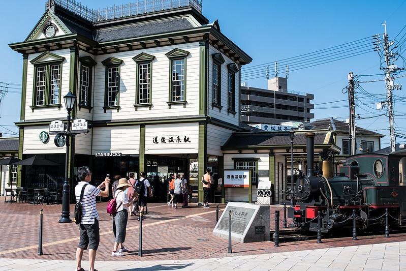 愛媛・道後温泉駅の駅舎と坊ちゃん列車