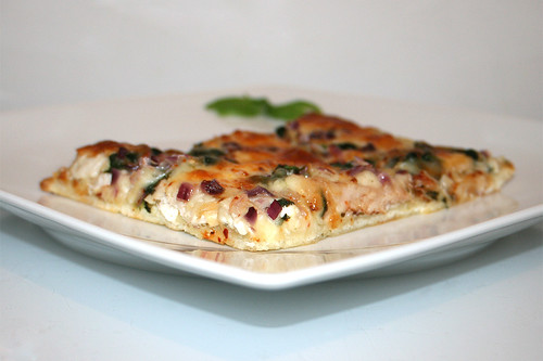 52 - Roasted garlic chicken spinach pizza - Side view / Pizza mit geröstetem Knoblauch, Hähnchen & Spinat - Seitenansicht
