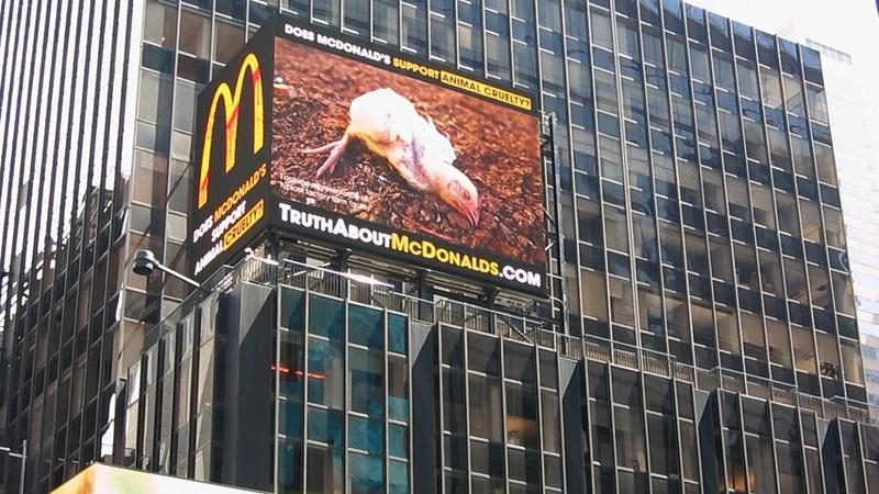 La crueldad de McDonald's expuesta en Times Square