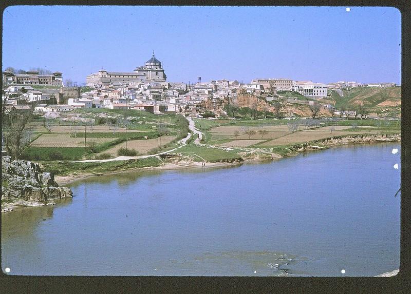 Playa de Safont y Huerta del Granadal en Toledo en abril de 1963. Película Kodachrome. Donación de la familia Burgos.