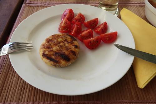 Grillkäse mit aufgeschnittenen Tomaten