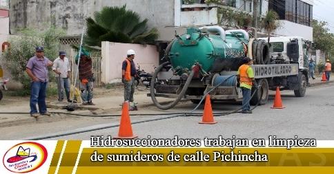 Hidrosuccionadores trabajan en limpieza de sumideros de calle Pichincha