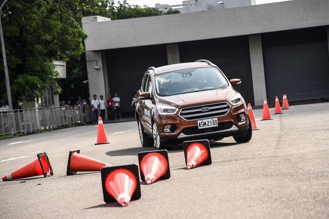 【圖四】Ford安全節能駕駛體驗營安排三大操駕課程,包含繞錐、緊急煞停及窄巷行車訓練。