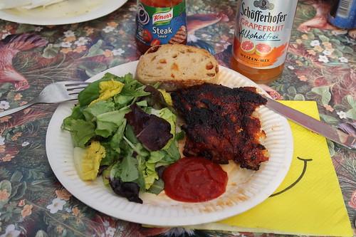 Gegrillte Rippchen mit Steak Sauce und Baguette zu grünem Blattsalat