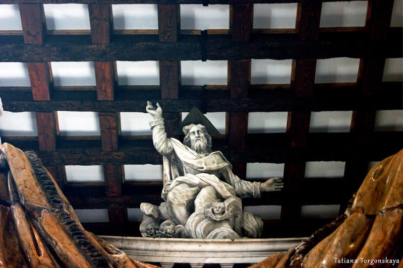 Скульптура на  центральном алтаре церкви Св. Клары
